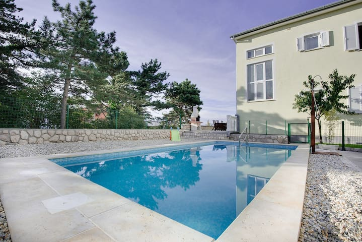 Apt for 2+2 persons with pool in Rijeka R62248