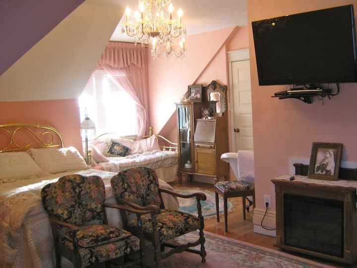The Victorian Suite @ Wakamow Heights B&B