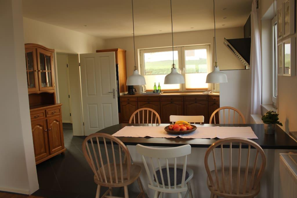 Wohn- & Essbereich (Blickrichtung Küche)