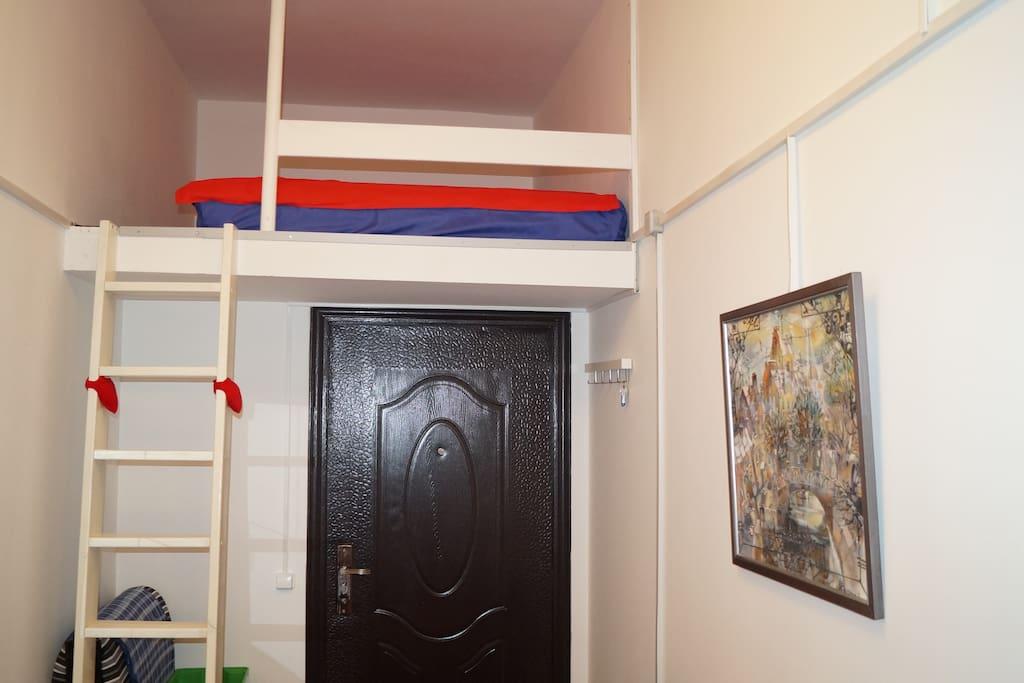 Спальное место расположено над входом в мини-студию