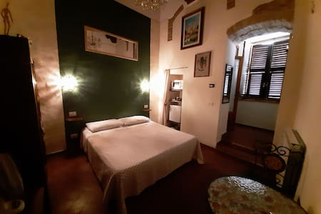 Palazzo Mainardi room+bathroom