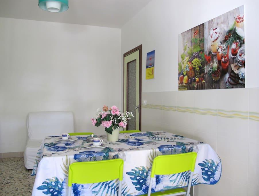 Kitchen with TV-Sat/Cucina con TV-Sat