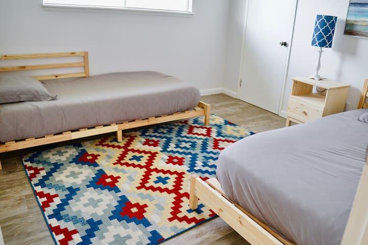 Spacious 2 Bedroom Apt w/ AC Near Shopping, Food