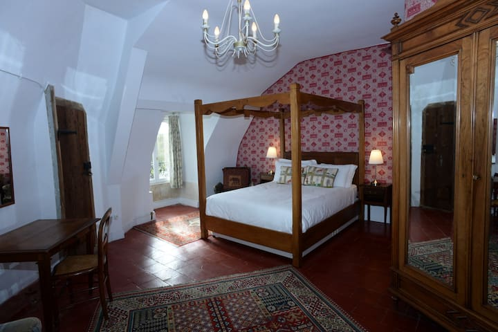 Chateau | Private Bathroom | Free Breakfast & WiFi - La Celle-Guenand - Penzion (B&B)