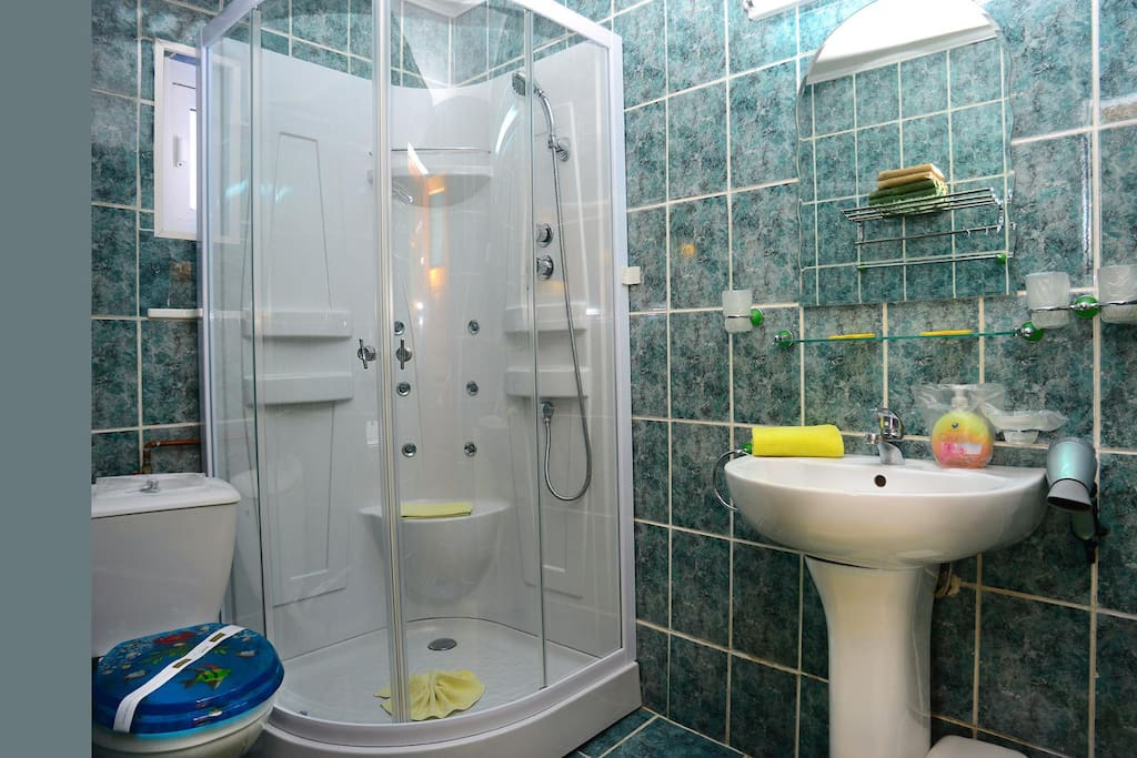 The big Green Bathroom with a Relaxing Shower :-)