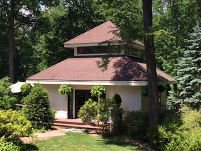 SECLUDED GETAWAY IN POUND RIDGE IN LAKE COMMUNITY - Pound Ridge - Other