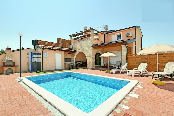 New listing! Exquisite villa with large-sized pool - Kaštel - 別荘