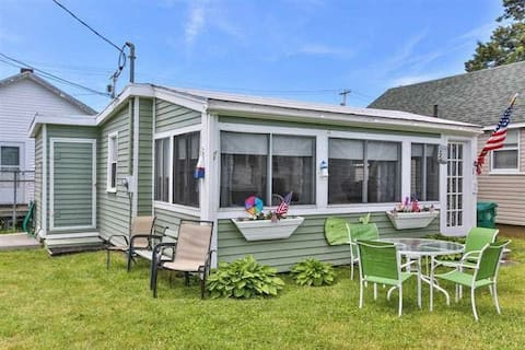 Charming Beach Cottage - Parking, Sleeps 6!