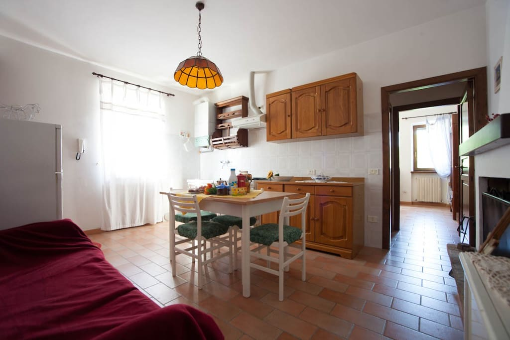 Cucina-soggiorno veduta frigo e divano * Kitchen/living, view to fridge and sofa