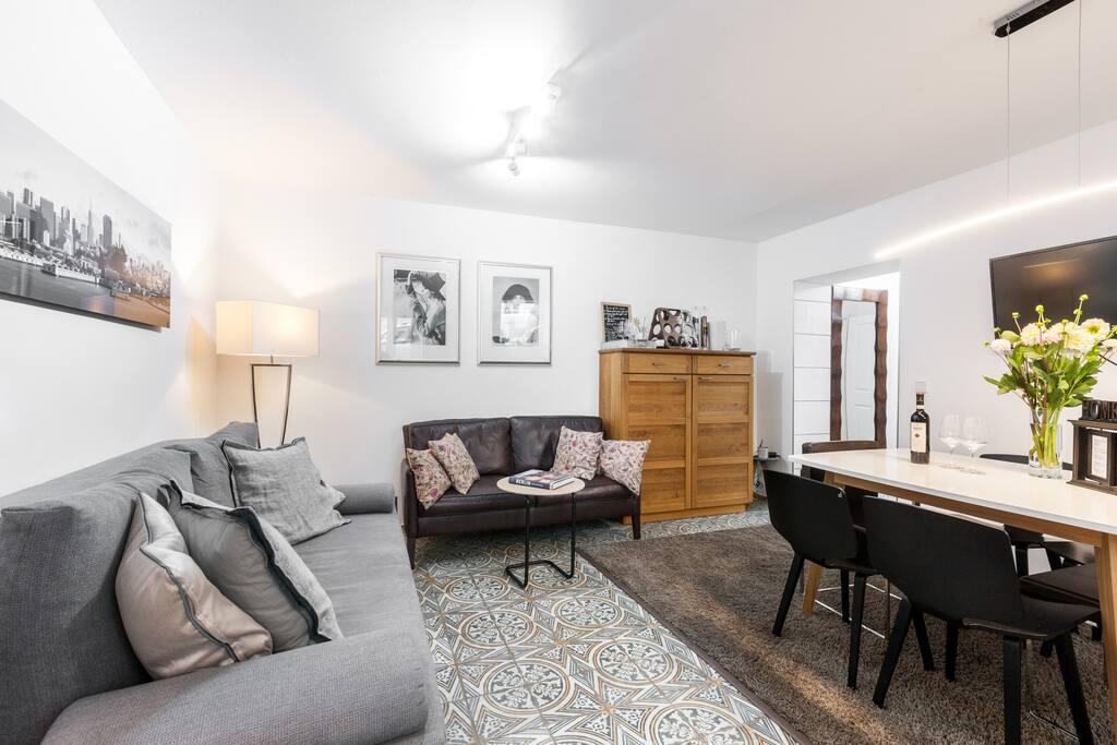 Wohnbereich mit Esstisch , Fernsehecke und Schlafsofa