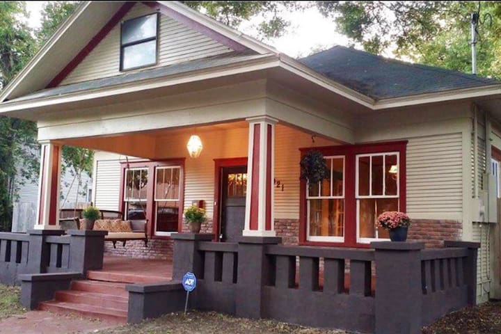 Craftsman Cottage w/Front Porch by TWU & Downtown