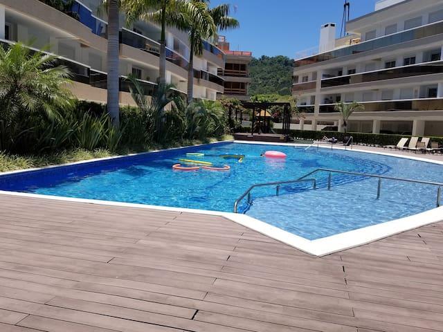 Belo apt 600m da Praia de Jurerê com piscina