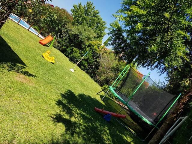 Hermoso jardin con juegos, cama elastica