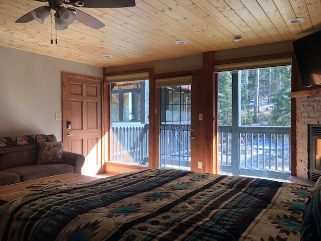Cozy Studio 1.5 miles from Taos Ski Valley