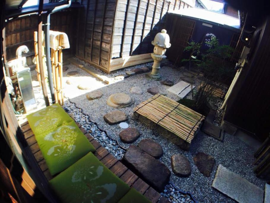 Our house has a traditional Japanese garden. 日本庭園