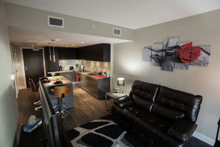 MODERN DOWNTOWN CONDO! *VIEWS/PARKING/SADDLEDOME!*