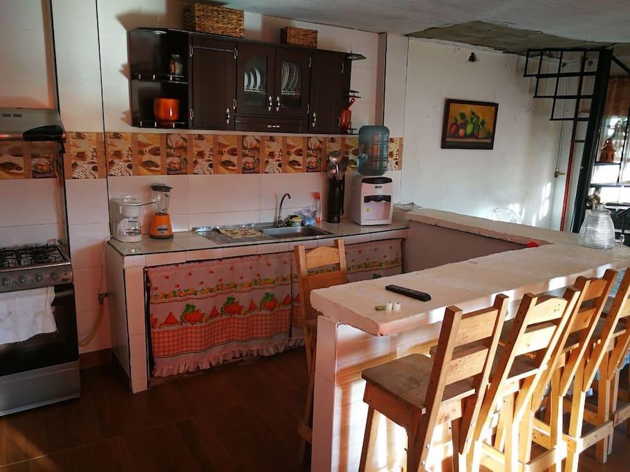 cocina de primer piso dotada con todos los implenentos de cocina
