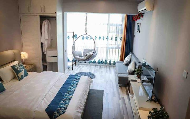 古城边北欧风格景观电梯公寓精致大床房