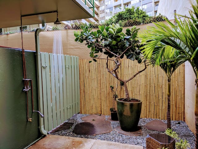 Waikiki Queen bed Studio Apt. with Full Kitchen