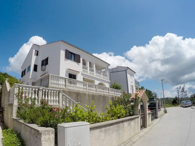 Apartmans located near the sea and beaches - Omišalj - Apartemen