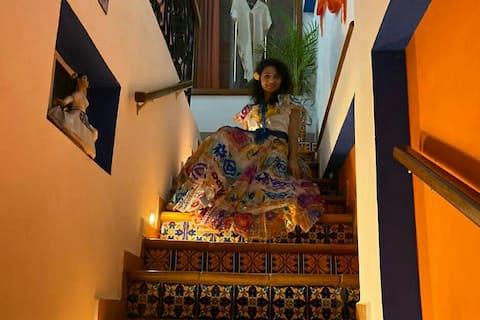 Entrada al departamento con escaleras de barro y talavera y artesanías mexicanas.   Eleana de Ucrania luciendo el traje típico de Chiapas.  Gracias Eleana!!!