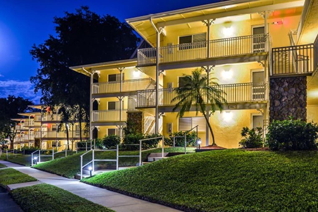 Beautiful, clean Naples Resort Condominium Overlooking Naples Bay (2 bedroom/2 bath)
