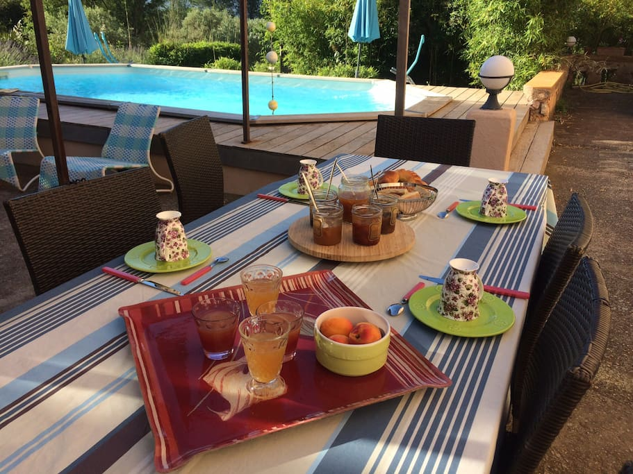 Petit déjeuner sur la  grande terrasse