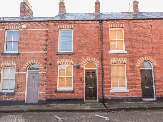 CANNING HOUSE, character holiday cottage in Chester, Ref 942083