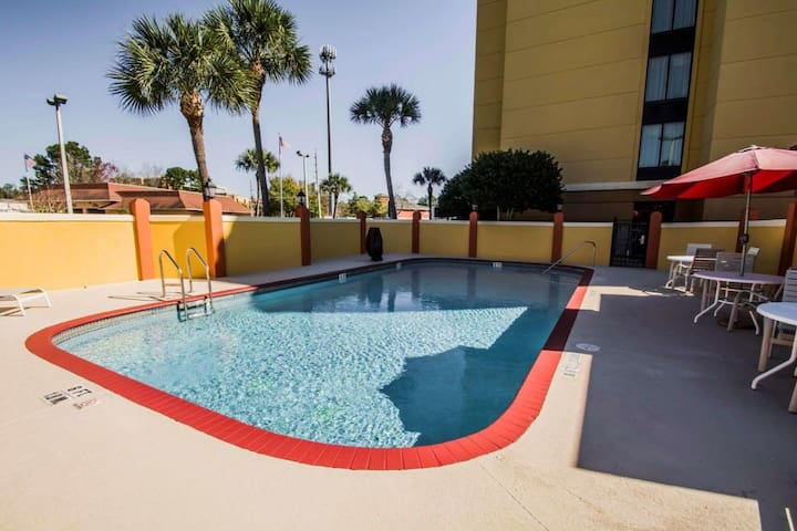 Close to Attractions. Lovely Unit, Pool, Breakfast
