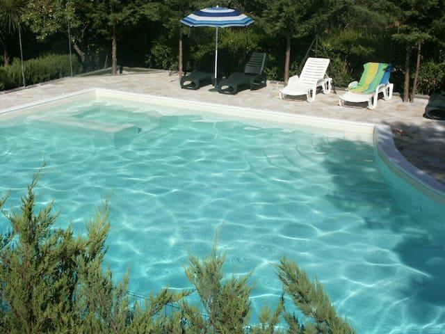 Romantischer Bungalow am Pool