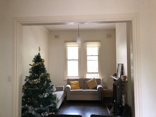 Double room in Paddington townhouse. Close to City