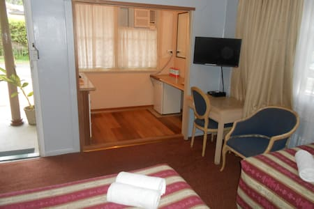 End room in renovated 1960's Motel. - Bulahdelah - Bed & Breakfast