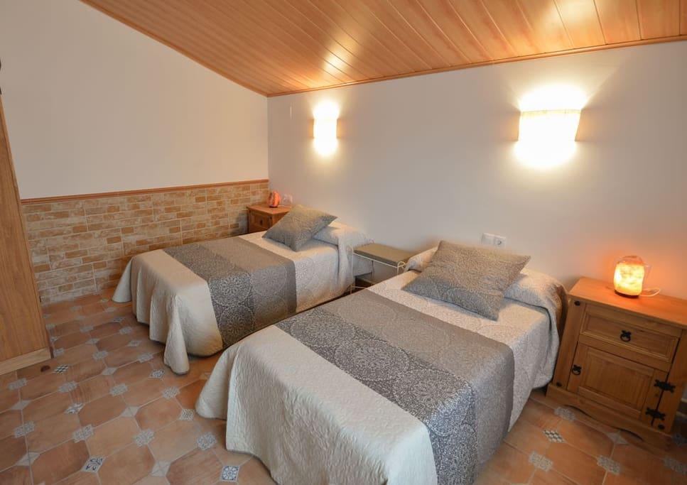 Amplia habitación con posibilidad de montar una cama.mas individual o cama de matrimonio mas cama individual