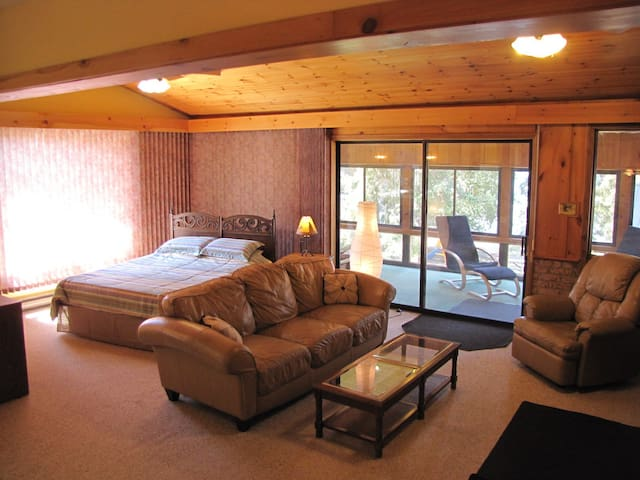 Lakefront Very Clean Chalet Hot Tub & Fireplace