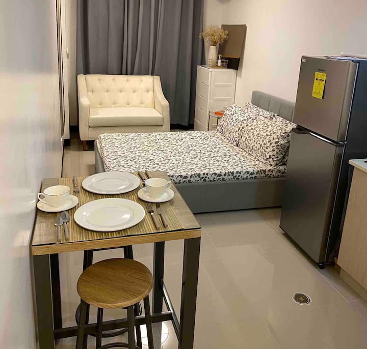 Cozy Studio Unit in New Manila beside Rob Magnolia