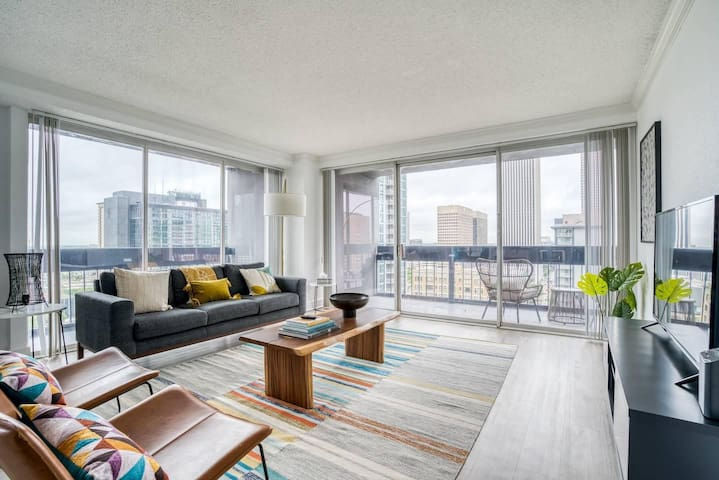 Bright and stylish downtown corner apartment by Lodgeur