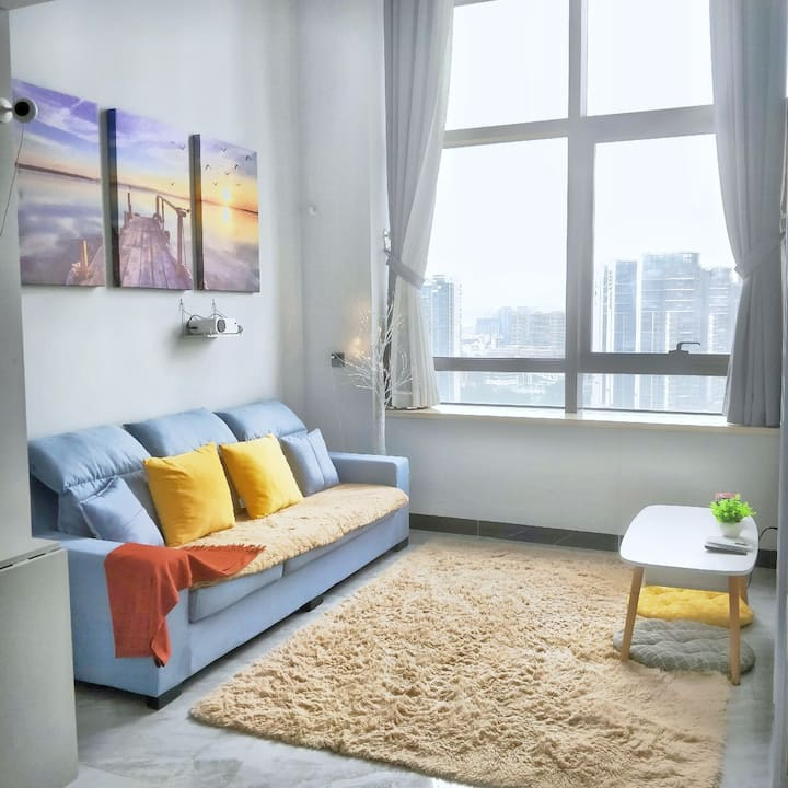 深圳北红山站旁 兩层高玻璃loft 温馨复式房 投影机 1.8米乳胶大床 可煮食洗衣免费泊车