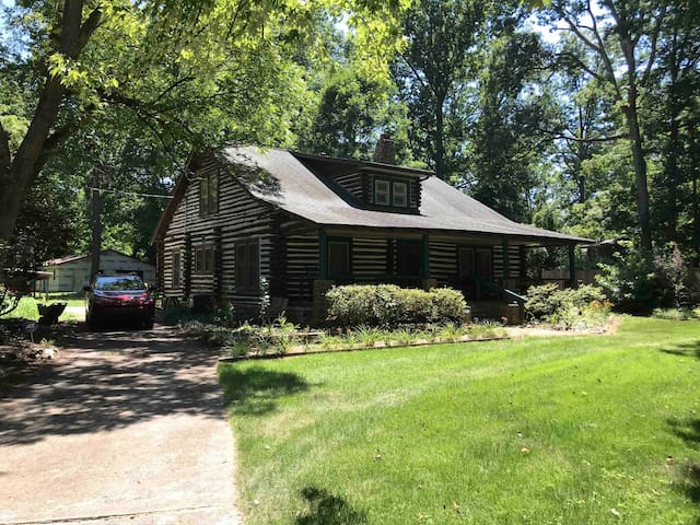 Log home, 2 miles from Sedgefield Country Club.