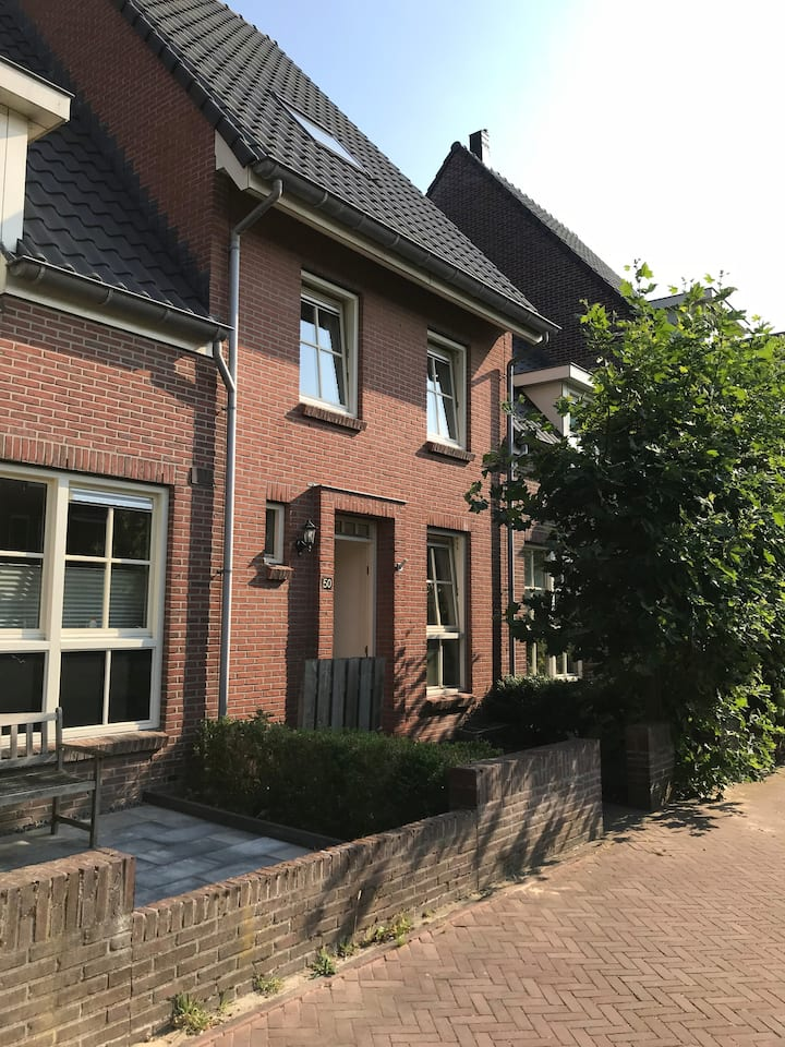 Aalsmeer groot rijtjes huis in rustige buurt !