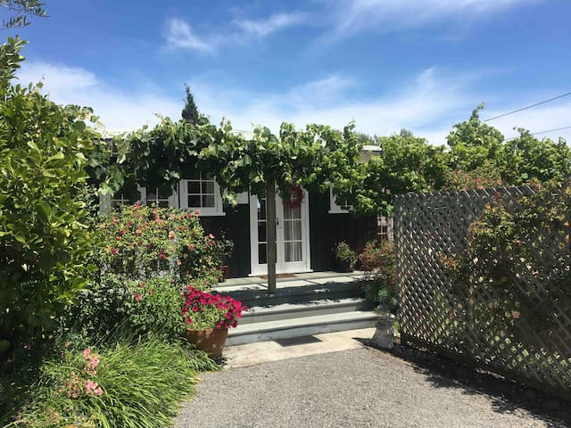 Fig Tree Cottage - Secluded, Convenient, Personal