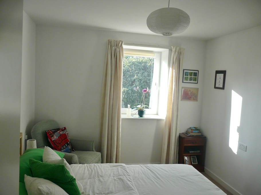 A cosy room with kingsize bed and view of a park. I have provided some books, brochures and information on Edinburgh and Scotland.