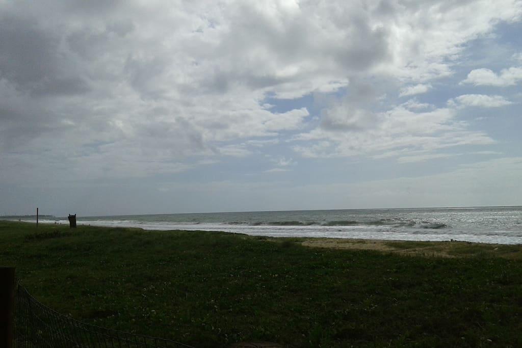 Praia na frente do condomínio