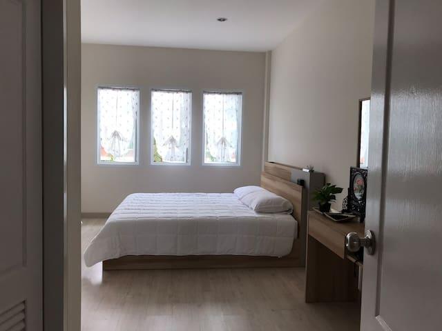 这是卧室,宽敞而极简