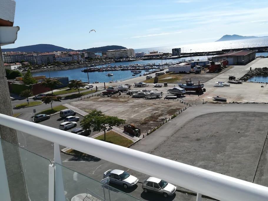 Vista hacia el pueblo de Portosin y el puerto pesquero.