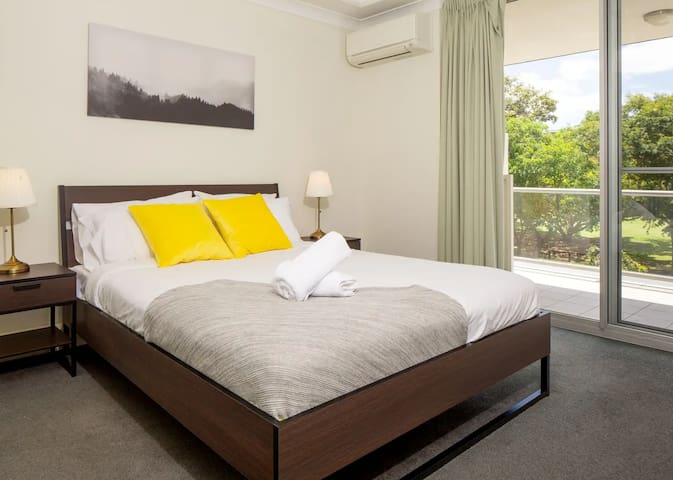Comfy 2BD Parkside Home Close to UQ & Mall!