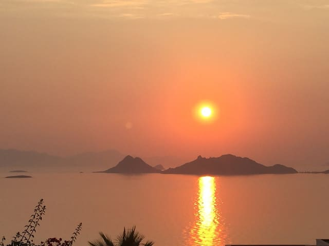 The most breathtaking sunset views! Private pool.