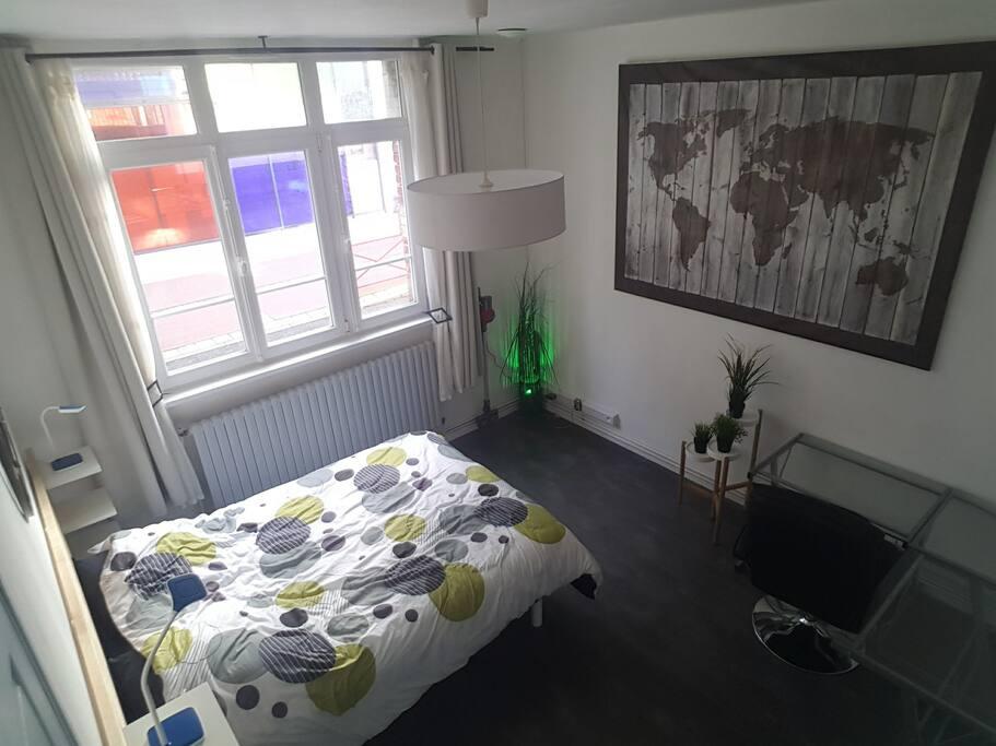 Pièce 1 chambre 1  :lit 2 places  Coté rue.