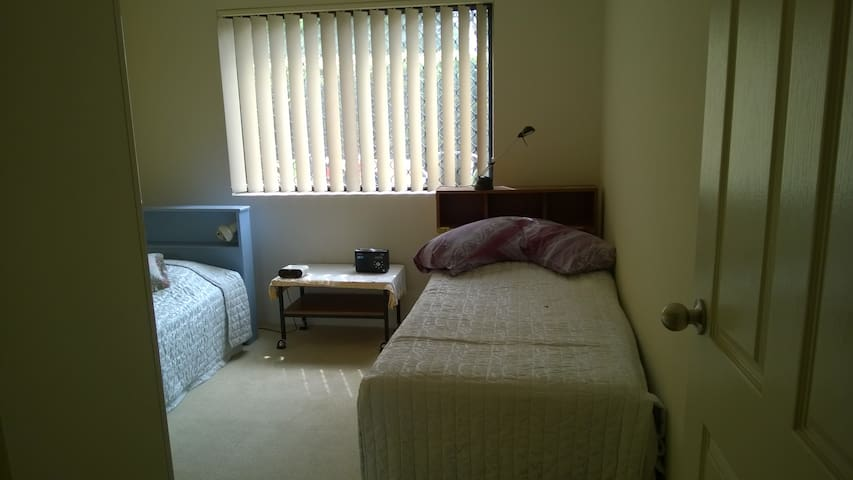 Modern ,comfortable bedroom - Regents Park - Apartmen
