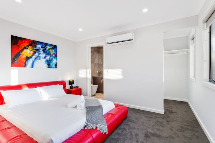 Modern 4 Bdrm, Close to Public Transport, Sleeps 8