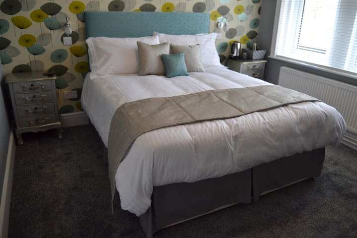 Large B and B room with ensuite. - Warminster - Bed & Breakfast